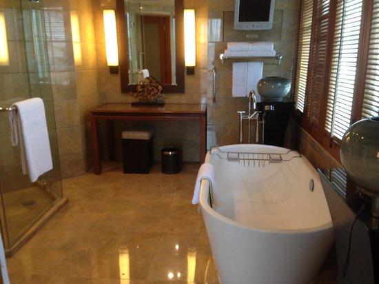 Conrad Bangkok Hotel : Suite Bathroom