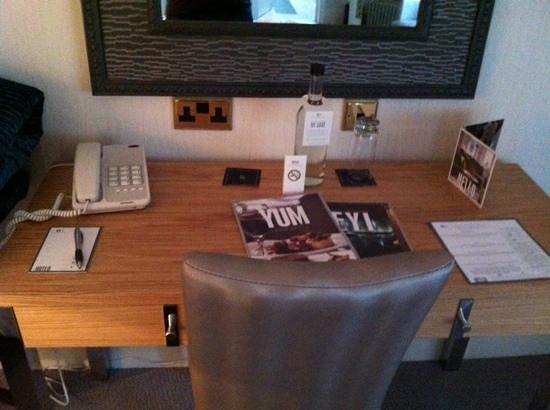 Alexander House Hotel & Utopia Spa: desk in windsor room