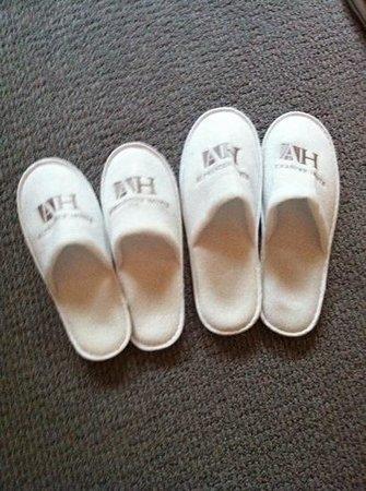 Alexander House Hotel & Utopia Spa: slippers in windsor room