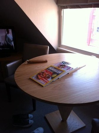 Alexander House Hotel & Utopia Spa: relax and read a magazine in windsor room