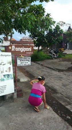 Tanah Semujan Ubud : ビスマストリートからバンガローへの目印