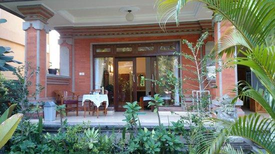Tanah Semujan Ubud : バリコーヒー、紅茶とポットがいつも置いてあります