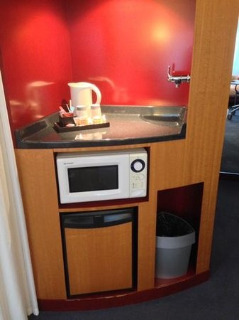 Novotel Suites Nancy Centre Hotel : coffee station, microwave and fridge