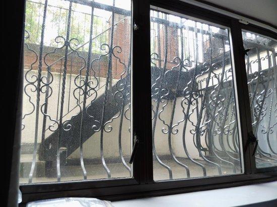 Peckham Lodge: Widok z okna naszego pokoju. Kraty jak w celi w przypadku pożaru nie pozwolą na ucieczkę.
