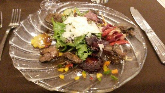 Le fil du temps : Salade de foies de volaille et copeaux de parmesan brochettes de tomates confites et magret fumé