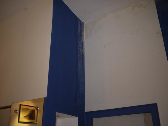 Rahul Guest House: Condition of walls in Super Deluxe Room