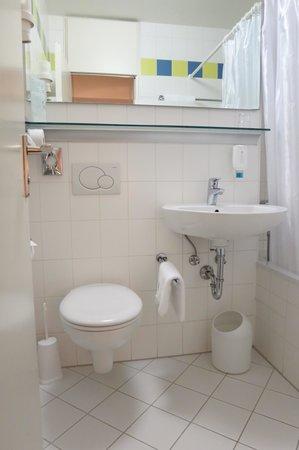 Ambiente Hotel: Bath in standard simgle room