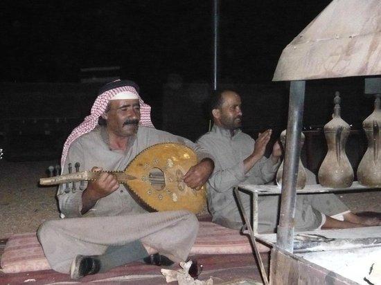 Wadi Rum Day Tours: Gemütliches Beisammensein mit Livemusik