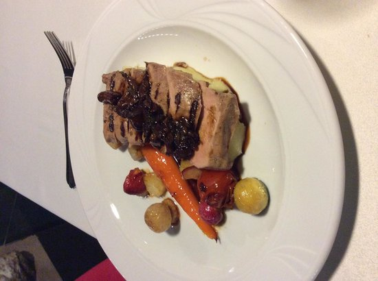Trzy Kroki w Szalenstwo : Pork tenderloin with mashed potato, honey roasted vegetables, parsnip mousse and chasseur sauce