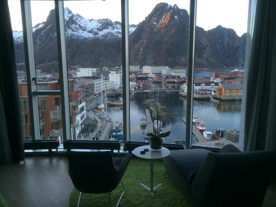 Thon Hotel Lofoten: Utsikt fra rommet rett mot fjellet med Svolværsgeita