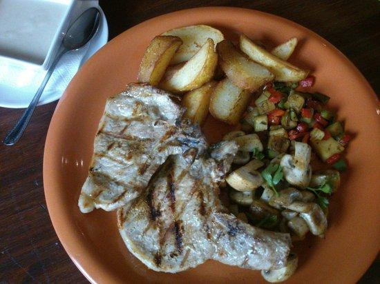 FUSION CAFE LOUNGE : Chuletas de cerdo a la brasa, salsa de champiñones