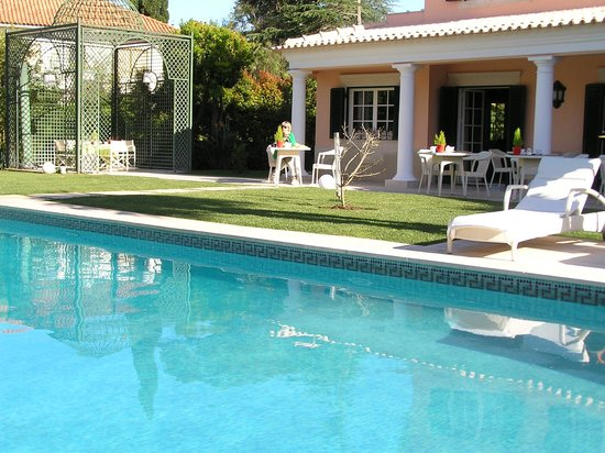 The Charm of Cascais: Zwembad en tuin