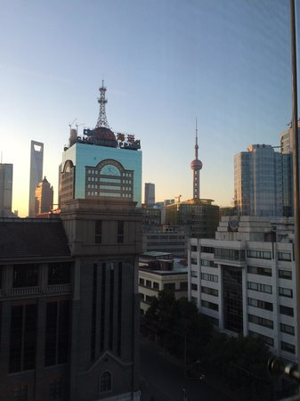Sunrise On The Bund Hotel: Never expected to get a view like this inside the lift of the hotel!
