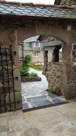 Château de Longcol : Passage en pierre entre les batiments
