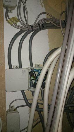 Ambassador Suites Leuven: Open elctric wire connection box