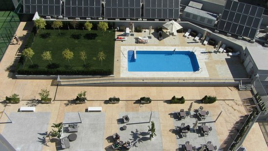 Hilton Garden Inn Sevilla: View of the pool from 7th floor