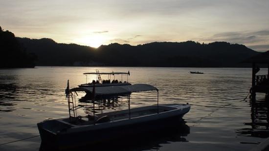 Kungkungan Bay Resort: Sunset on the Strait