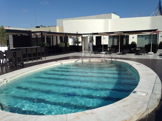 piscine sur le toit de l 39 h tel photo de novotel mohamed v tunis tripadvisor. Black Bedroom Furniture Sets. Home Design Ideas