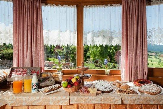 ... colazione - Foto di Blumenhotel Belsoggiorno, Malosco - TripAdvisor