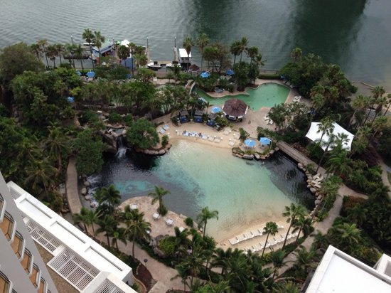 Surfers Paradise Marriott Resort & Spa: View from Ocean view room level 21 Amazing pool!!!