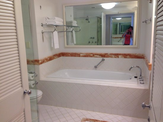 Surfers Paradise Marriott Resort & Spa: Bathroom with large bathtub in Ocean view room level 21