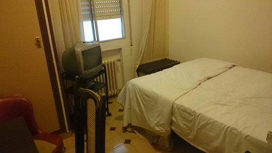 Hostal Avenida : La habitación (foto hecha desde la puerta)