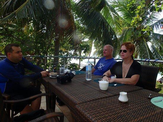 Oscar's Bar and Restaurant Malapascua: Tables in the shade