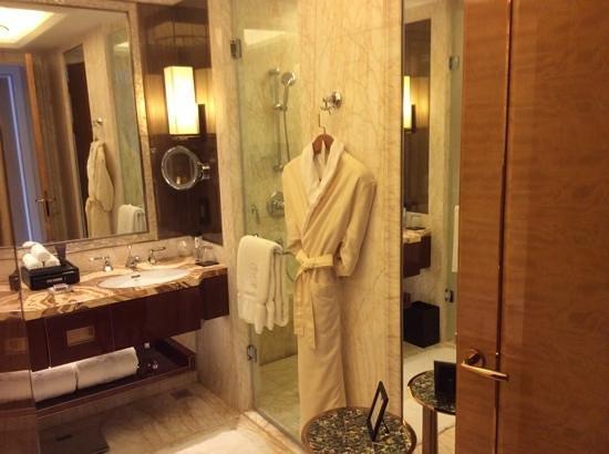 The Ritz-Carlton, Chengdu: Elegant and modern bath