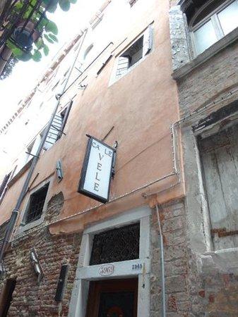 Locanda Ca' Le Vele: the hotel from the street