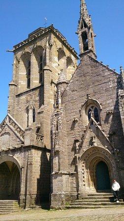 Centre Historique de Locronan : Locronan vue église place centrale