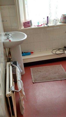 George Hotel Glossop: Tired bathroom (room 7)