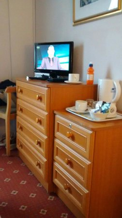 George Hotel Glossop: Tired furniture (room 7)
