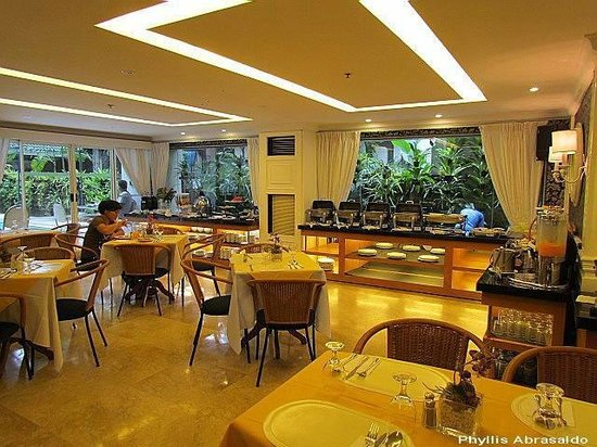 Orchid Garden Suites - Manila: Catleya Cafe at the ground floor and near the swimming pool