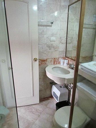 Orchid Garden Suites - Manila: Bathroom at Rm 1005