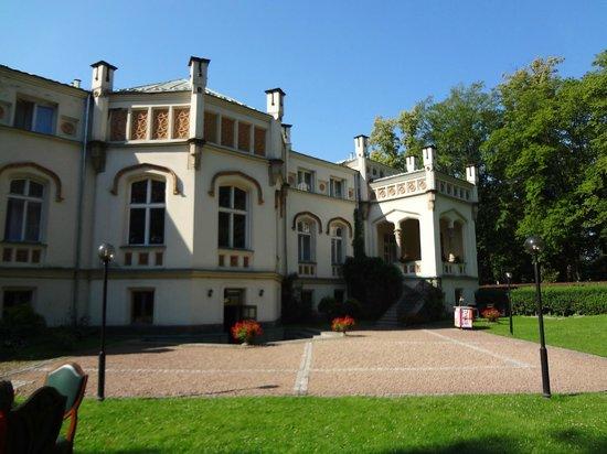 Paszkowka Palace Hotel: palace vue de derriere
