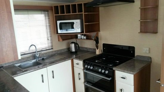 Hendra Holiday Park: Fully equipped modern kitchen