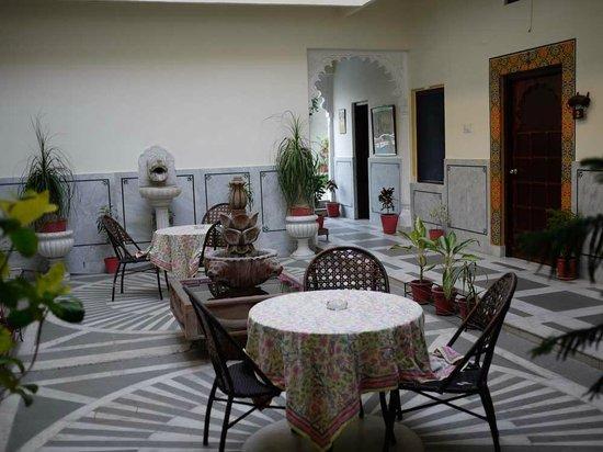 Hotel Mahendra Prakash: Dining/relaxing area