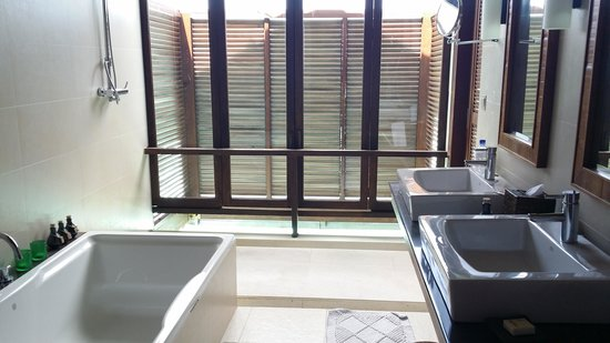 Anantara Veli Maldives Resort: bathroom of over water bungalow