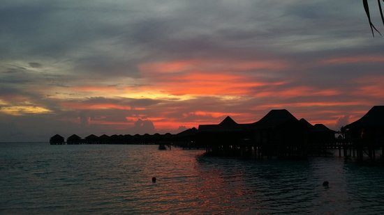 Anantara Veli Maldives Resort: sunset view from the main island at veli