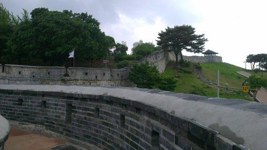 Fortaleza Wwaseong: Вид стены крепости Хвасон