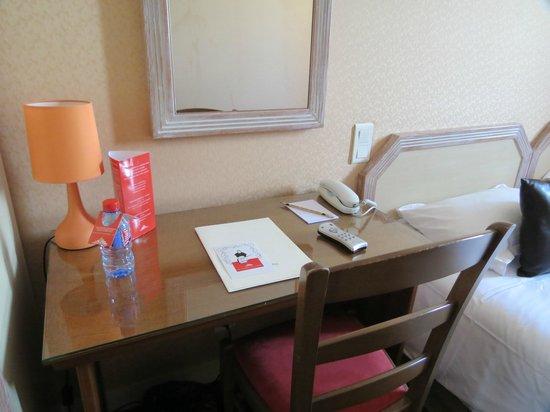 Hotel Le Mouton Blanc : Приветственная бутылочка воды
