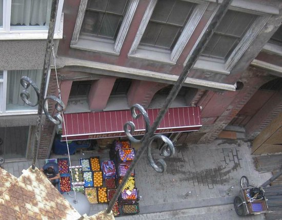 Hatay Hotel: Овощная лавка в соседнем доме