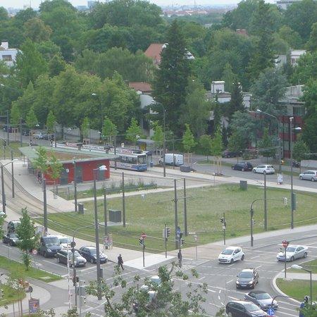 The Westin Grand Munchen: 部屋から見える路面電車の駅