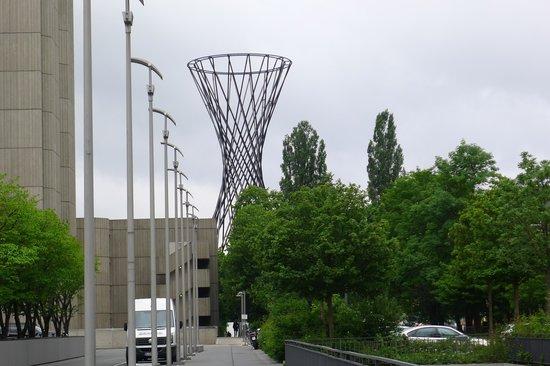 The Westin Grand Munchen: ホテルの前にある巨大なアート作品