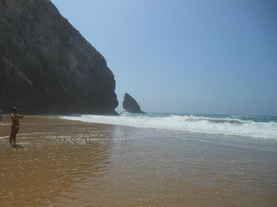 Adraga Beach: Onde che si infrangono contro la scogliera
