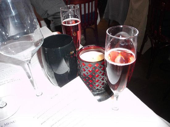 Bistro des Deux Theatres: kir royale to start