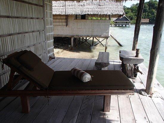 Raja4Divers Resort: Terrasse au dessus de l'eau