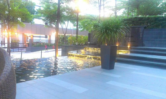 The Quincy Hotel by Far East Hospitality: Fountain area in front of hotel