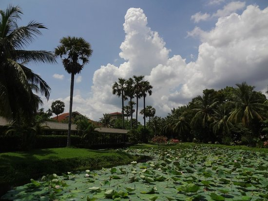 Sofitel Angkor Phokeethra Golf and Spa Resort: Garden at the entrance