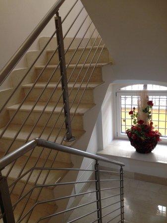 Demetra Hotel: stairway down to restaurant